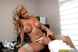 Busty boss persuaded the auditor to lick pussy