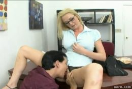 Sexy MILF boss sat on the table and gave licking pussy