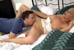 Horny guy licked pussy to mature stepmom