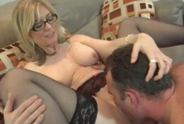 Experienced MILF seduces a young guy to licking pussy